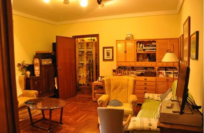 Fotografia de un salon en una vivienda de madrid antes de la decoracion por parte del estudio