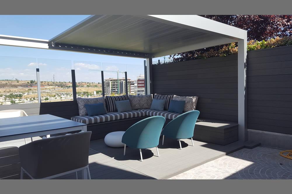 Foto de la terrasa de una vivienda adosado con sofas y sillas recien tapizados